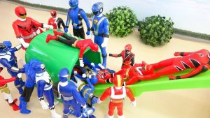 Red Power Rangers Turn into Blue Super Heroes Color Changer Tunnel Doraemon Attack