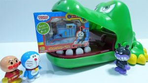 Thomas toy is caught by a huge crocodile!Doraemon and Anpanman get!for kids!yupyon