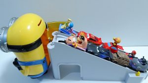 Doraemon,Cars McQueen go into Spo Spo Minion by Tomica Escalator!for kids!yupyon