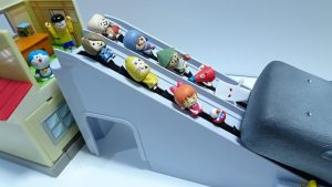 Doraemon and Gegege no kitaro go into the Nobita's desk Spo Spo by escalator!for kids!yupyon