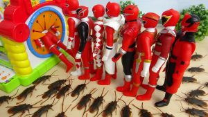 Red Power Rangers Run away from Cockroaches Super Hero Toys スーパー戦隊 手探りボックスに逃げろ!